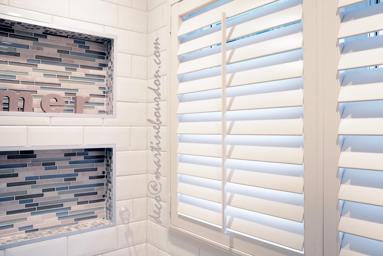 salle de bain champêtre_ persiennes_ céramique_ huches_
