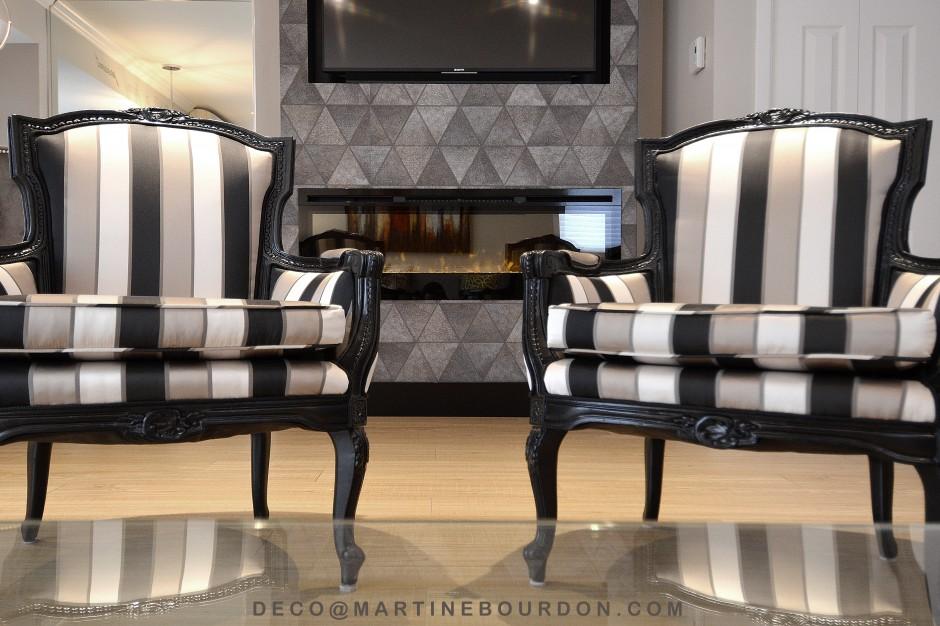foyer, papier peint et fauteuils rayes
