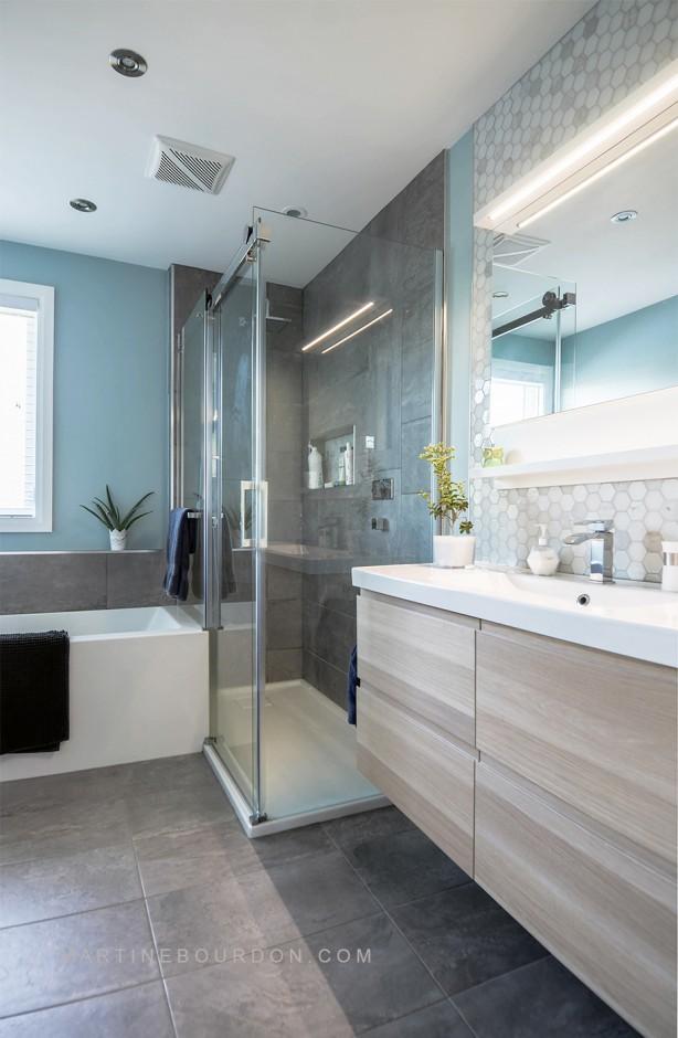 réaménagement d'une salle de bain, bain et douche en coin