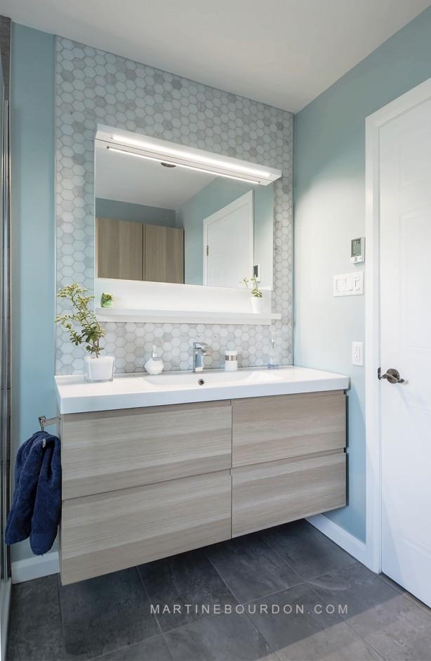 Après les rénovations, meuble lavabo et dosseret